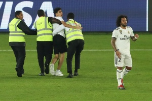 dc764f3ee7 Torcedor invade o campo durante partida Real Madrid x Kashima Antlers pelo  Mundial de Clubes 2018