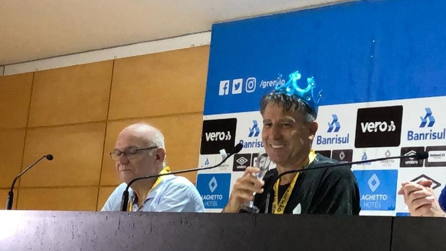 Renato ganhou coroa de torcedor do Grêmio e bebeu espumante durante coletiva após título do Gauchão - Jeremias Wernek/UOL