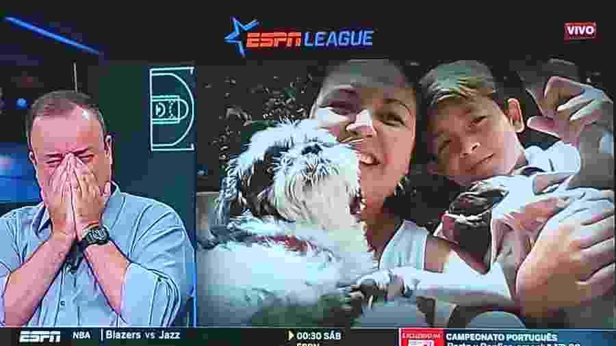 Everaldo Marques chora ao ver homenagem da família em seu último programa na ESPN - Reprodução/ESPN