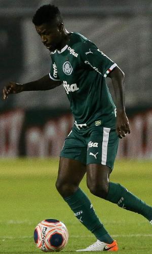 Ramires domina a bola durante o jogo entre Ponte Preta x Palmeiras