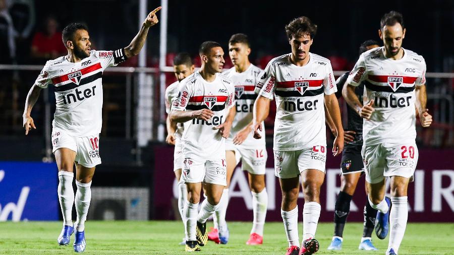 Daniel Alves comemora gol marcado pelo São Paulo sobre a LDU, na Copa Libertadores - Alexandre Schneider/Getty Images