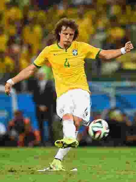 David Luiz cobra falta com perfeição e marca o segundo gol do Brasil na vitória por 2 a 1 sobre a Colômbia, no Castelão - Buda Mendes/Getty Images