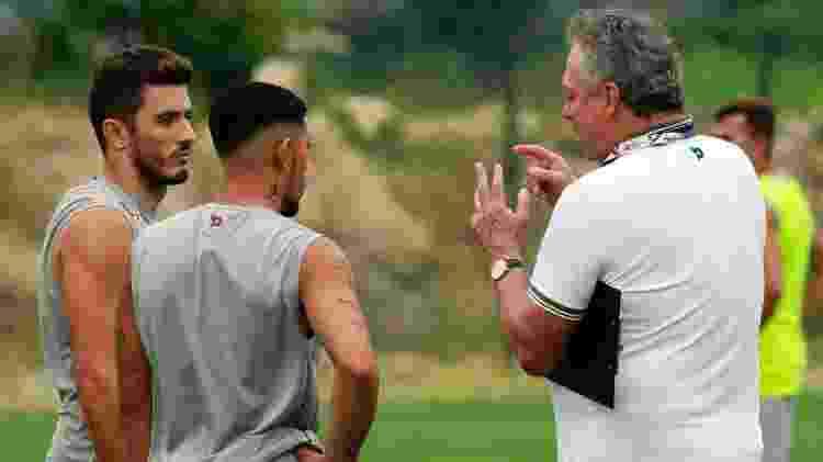 Douglas (de costas) e Marquinho ouvem instruções do técnico Abel Braga - NELSON PEREZ/FLUMINENSE F.C. - NELSON PEREZ/FLUMINENSE F.C.