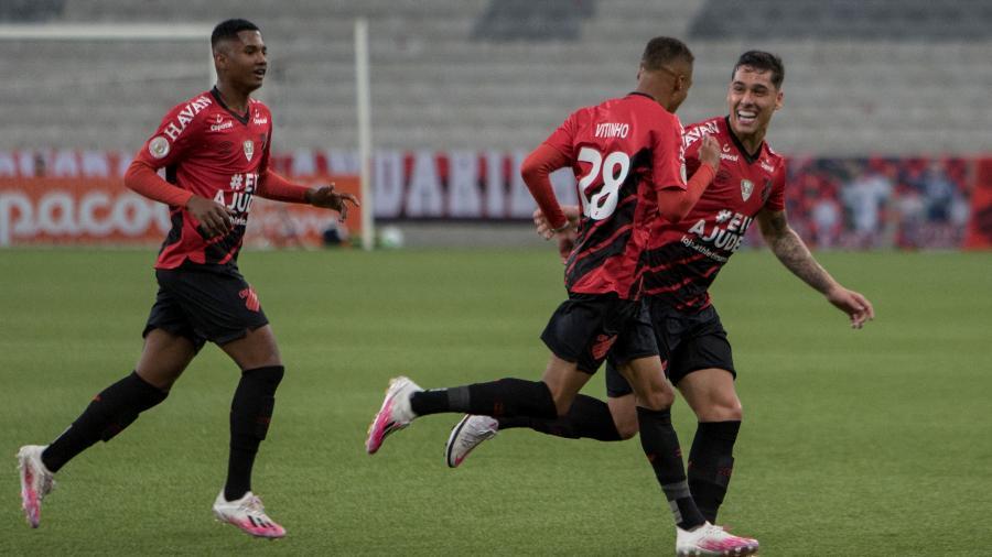 Vitinho, do Athletico, comemora seu gol marcado ao lado de Lucas Halter e Abner  - Robson Mafra/AGIF