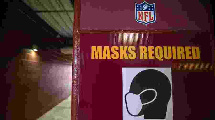"""Cartaz no estádio FedExField, do Washington Football Team, avisa que """"máscaras são necessárias"""" para acessar o local - Scott Taetsch/Getty Images"""