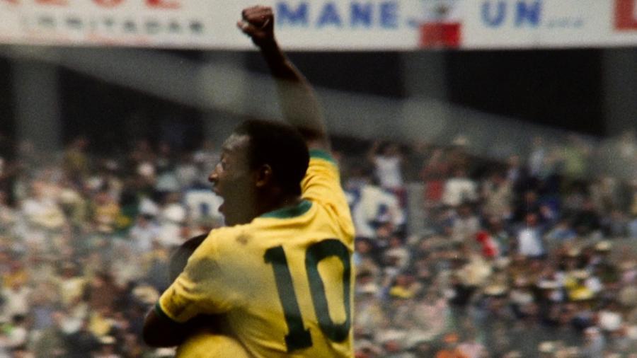 Pelé, de costas, comemora gol da seleção brasileira na Copa do Mundo de 1970 - Divulgação/Netflix