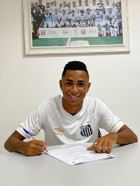 Felipe Freitas Laurindo, atacante joia da base do Santos assinando o primeiro contrato profissional - Divulgação