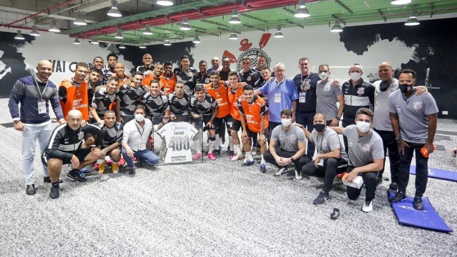 Fagner recebe placa em homenagem aos 400 jogos pelo Corinthians - Rodrigo Coca / Ag. Corinthians