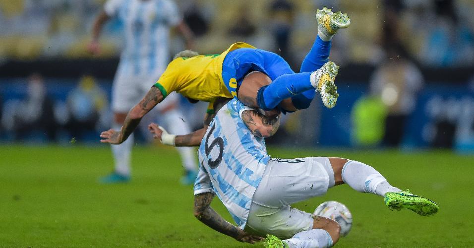 Neymar sofre entrada em disputa com Paredes, em jogo entre Brasil e Argentina, pela final da Copa América