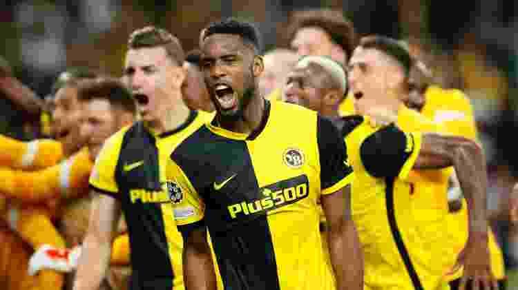 Siebatcheu comemora virada no minuto final do Young Boys sobre o Manchester United - Denis Balibouse/Reuters - Denis Balibouse/Reuters