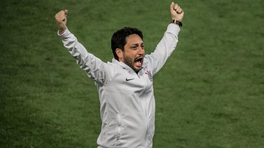 Técnico do Corinthians, Arthur Elias vibra após vitória sobre o Palmeiras e a conquista do título do Brasileiro Feminino 2021 - DANILO FERNANDES/ESTADÃO CONTEÚDO
