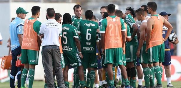 Time do Palmeiras se reuniu no gramado após derrota para o Água Santa  - Cesar Greco/Ag Palmeiras