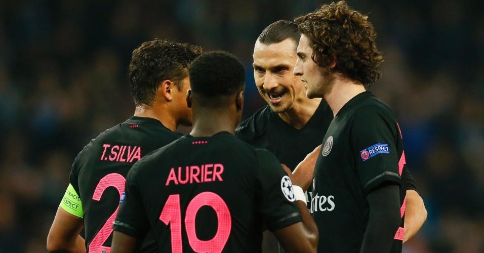 Jogadores do PSG conversam durante o confronto entre o clube francês e o Manchester City pela Liga dos Campeões
