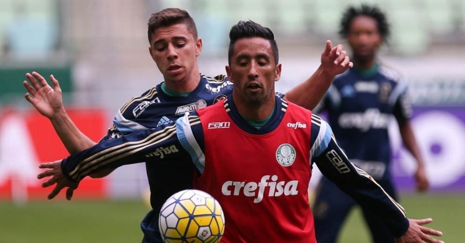 Barrios recebe a marcação de João Pedro em treino do Palmeiras