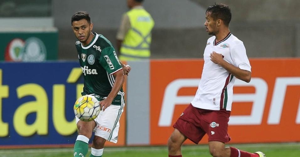 Cleiton Xavier em ação em lance da partida entre Palmeiras e Fluminense