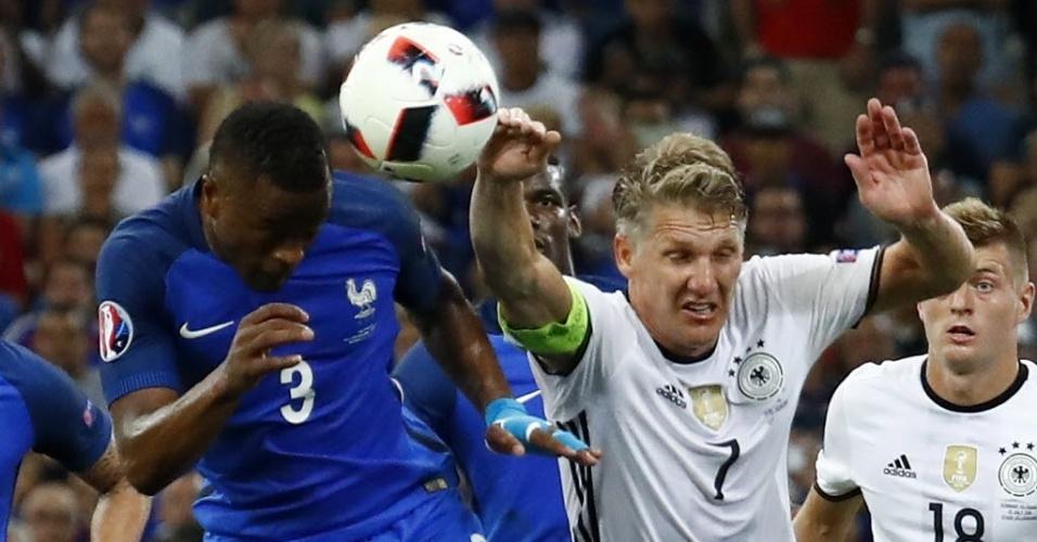 Schweinsteiger coloca a mão na bola em disputa com Evra em lance que originou pênalti para a França