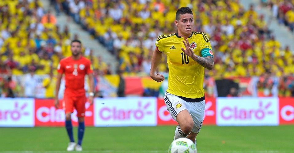 Colombiano James Rodriguez persegue a bola em partida pelas Eliminatórias Sul-Americanas da Copa do Mundo de 2018
