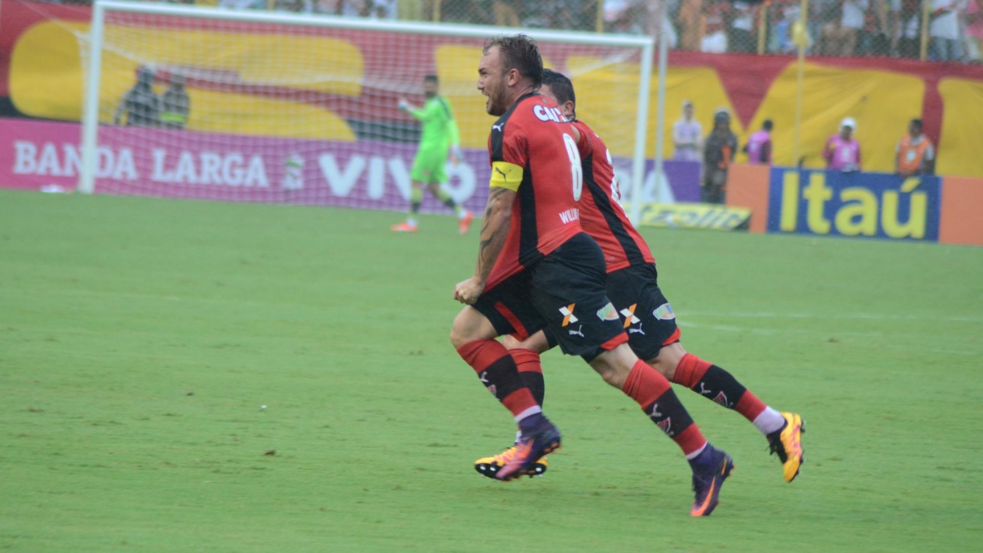 Jogadores do Vitória comemoram gol diante do Figueirense