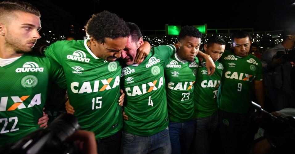 Jogadores da Chapecoense se emocionam na homenagem