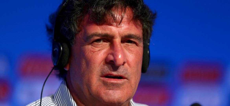 Mario Kempes, ex-jogador argentino, concede entrevista na Costa do Sauípe durante o sorteio da Copa do Mundo de 2014 - Clive Mason/Getty Images