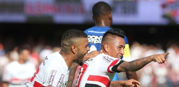 Cueva comemora gol marcado pelo São Paulo contra o Santo André