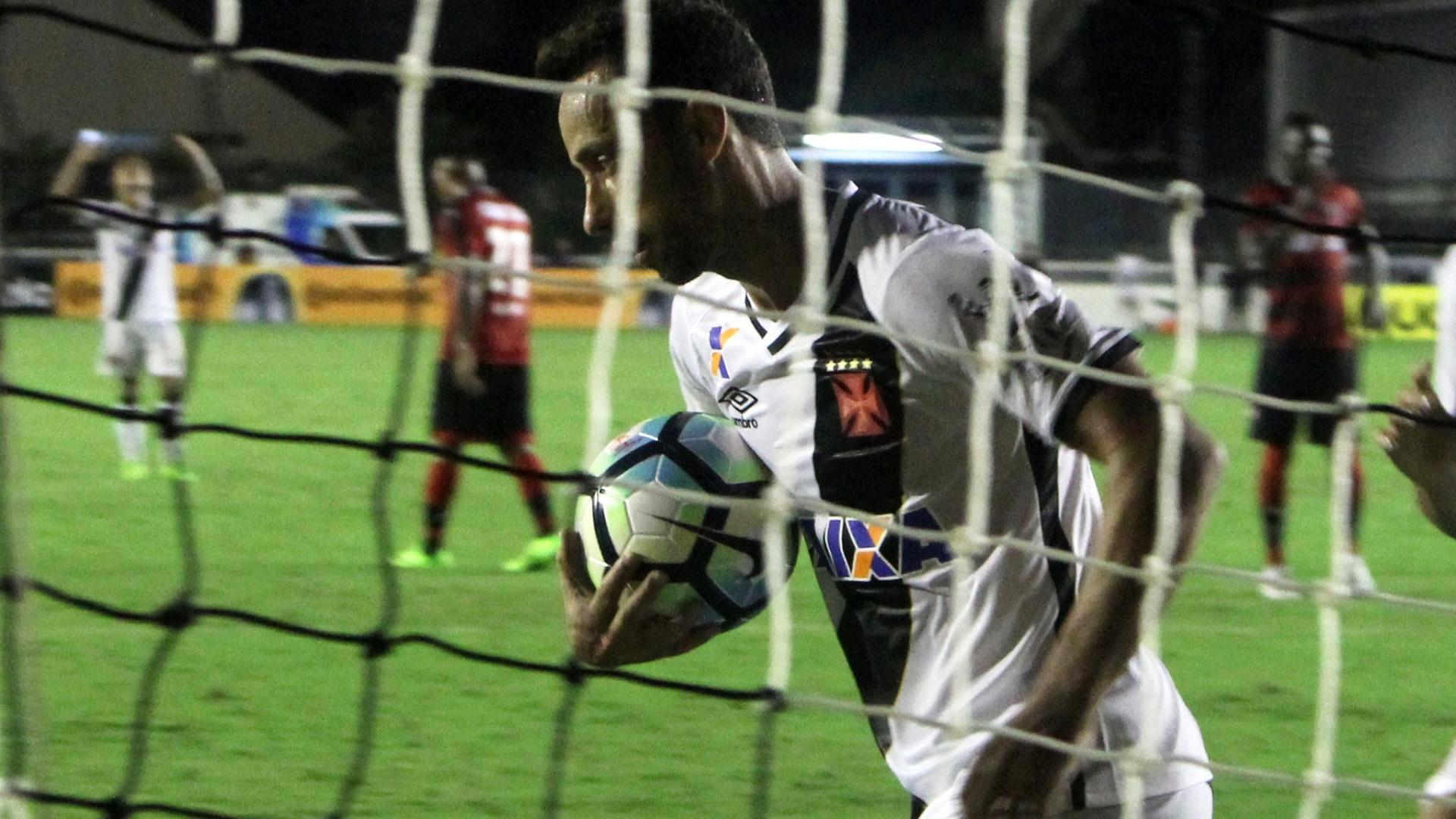 Nenê corre contra a bola após marcar para o Vasco contra o Vitória