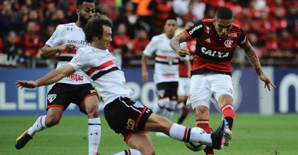 Lugano trava finalização de Guerrero em Flamengo x São Paulo