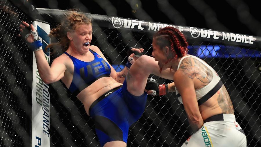Tonya Evinger tenta se defender de Cris Cyborg - Sean M. Haffey/AFP