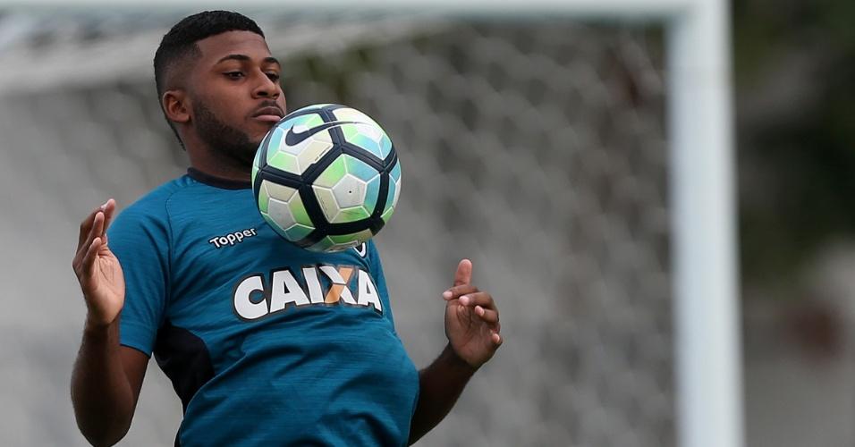 Emerson Santos domina a bola em treinamento do Botafogo no Nilton Santos (Engenhão)