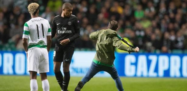 O torcedor do Celtic invadiu o campo e tentou acertar um chute em Mbappé - Steve Welsh/Getty Images