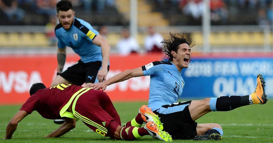 Cavani cai no chão após disputa de bola no jogo entre Uruguai e Venezuela