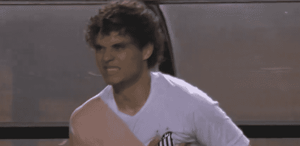 Victor Ferraz volta a campo com o braço enfaixado na partida entre Santos e Ituano - Reprodução/SporTV - Reprodução/SporTV