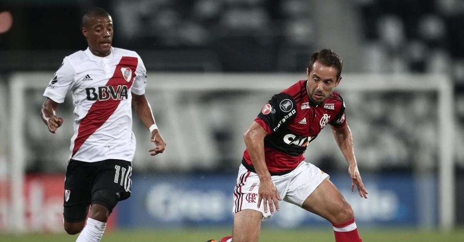 O meia Everton Ribeiro em lance da partida entre Flamengo e River Plate, pela Libertadores