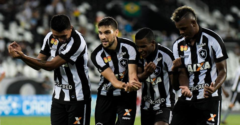 Jogadores do Botafogo comemoram gol do Botafogo contra o Bangu