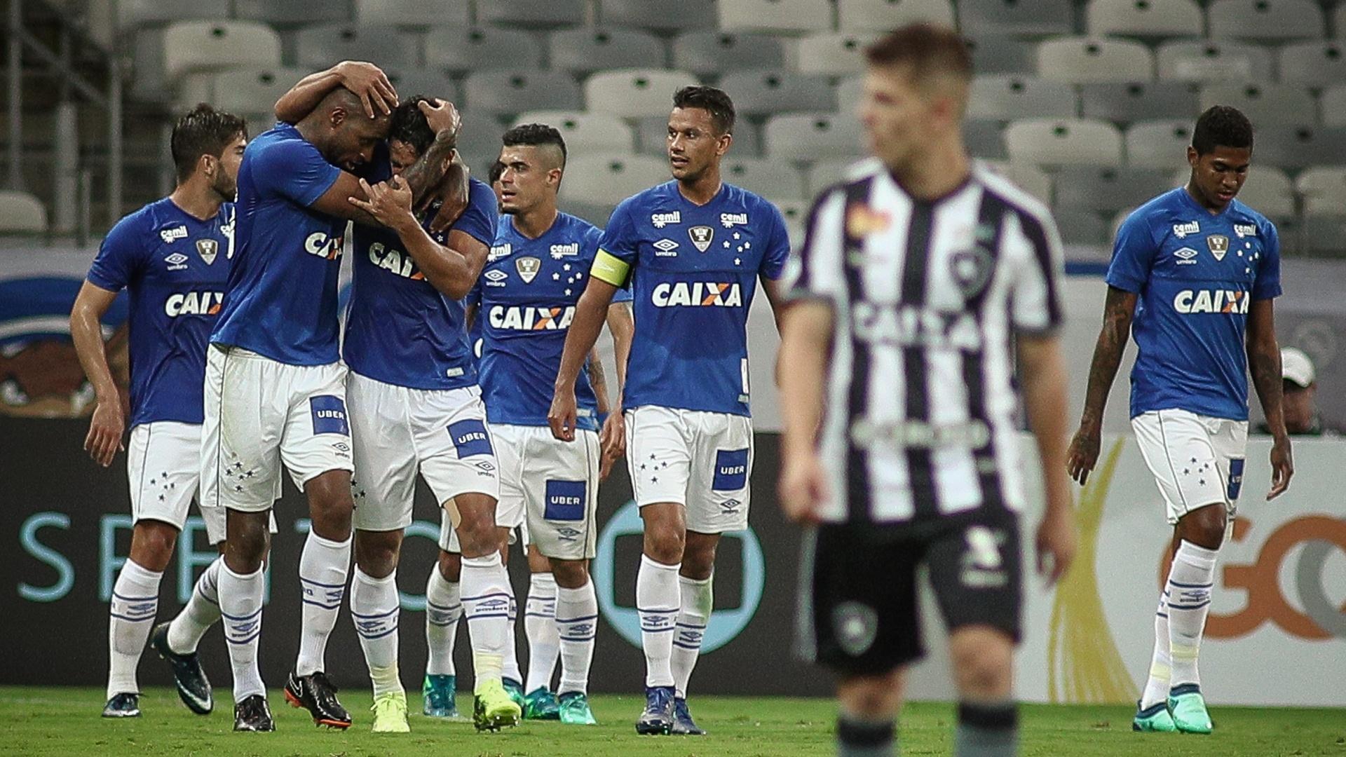 Jogadores do Cruzeiro comemoram gol contra o Botafogo