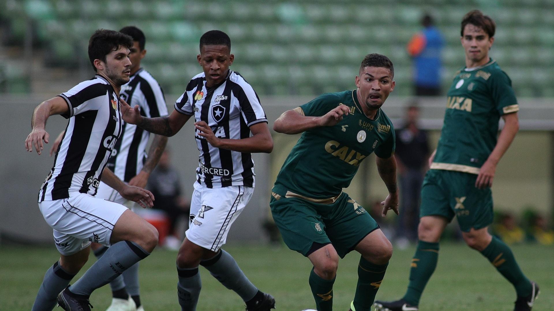 Judivan conduz a bola na partida América-MG x Botafogo pelo Campeonato Brasileiro 2018