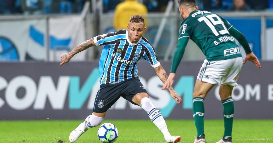 Everton encara a marcação de Bruno Henrique durante Grêmio x Palmeiras no Brasileirão