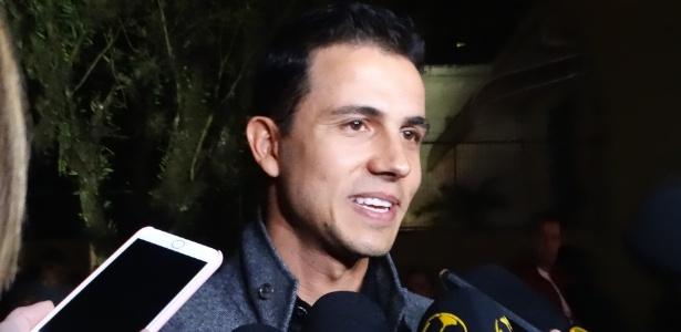 """Nilmar concede entrevista coletiva em chegada de evento de D""""Alessandro - Marinho Saldanha/UOL"""