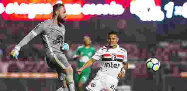 O meia Everton cerca o goleiro Jandrei no jogo entre São Paulo e Chapecoense - Daniel Vorley/AGIF - Daniel Vorley/AGIF