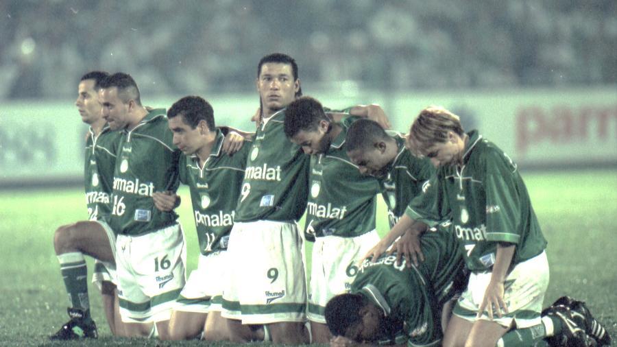 Jogadores do Palmeiras ajoelhados durante a disputa de pênaltis contra o Deportivo Cali - Alex Ribeiro/Folhapress