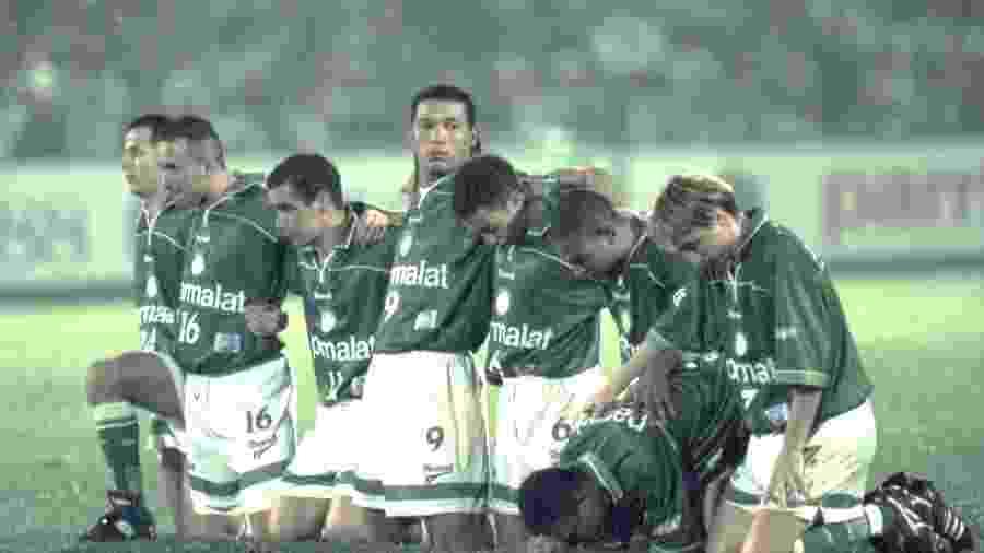 Jogadores do Palmeiras aflitos durante disputa de pênaltis contra o Deportivo Cali na final da Libertadores de 1999 - Alex Ribeiro/Folhapress