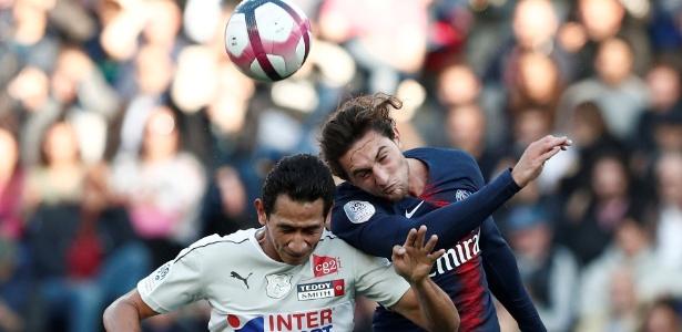 Paulo Henrique Ganso em ação pelo Amiens durante jogo contra o PSG -  Reuters/Benoit Tessier