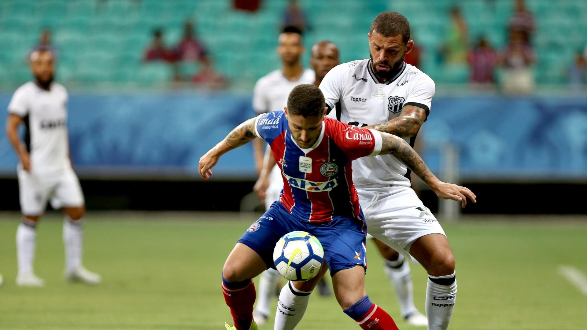 Jogadores de Bahia e Ceará disputam a bola na Fonte Nova