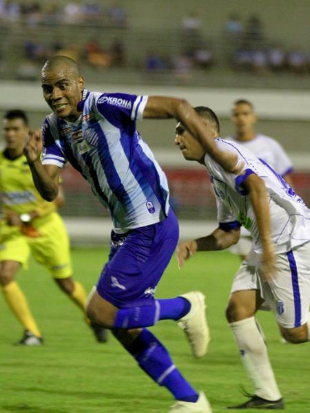 Lateral direito Régis, do CSA, carrega a bola durante jogo contra o Jaciobá - Morgana Oliveira/RCortez/CSA