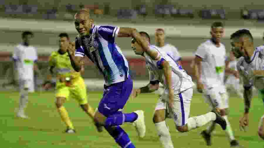 Lateral direito Régis, ainda pelo CSA, carrega a bola durante jogo contra o Jaciobá - Morgana Oliveira/RCortez/CSA