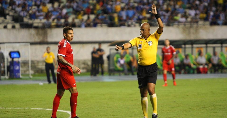 Guerrero fala com arbitragem após marcação de impedimento