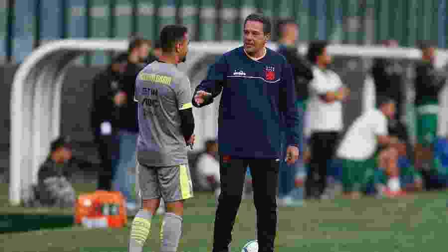 Yago Pikachu e Vanderlei Luxemburgo conversam de forma descontraída em treino do Vasco - Rafael Ribeiro / Vasco