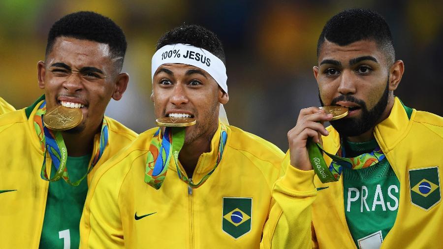 Gabriel Jesus, Neymar e Gabigol posam para foto após conquista do ouro olímpico em 2016 - Stuart Franklin - FIFA/FIFA via Getty Images
