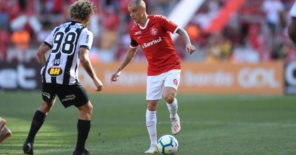 D'Alessandro controla a bola diante de Guga em Internacional x Atlético-MG