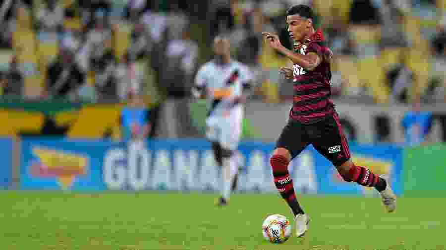Richard Rios em ação pelo Flamengo durante partida contra o Vasco - Thiago Ribeiro/AGIF
